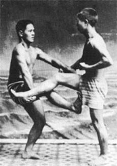 Chojun Miyagi (links) im Alter von 14 Jahren